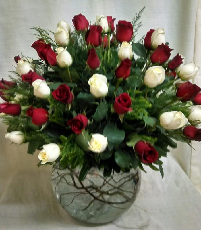 Arreglo De Flores Rosas Rojas Y Blancas En Pecera