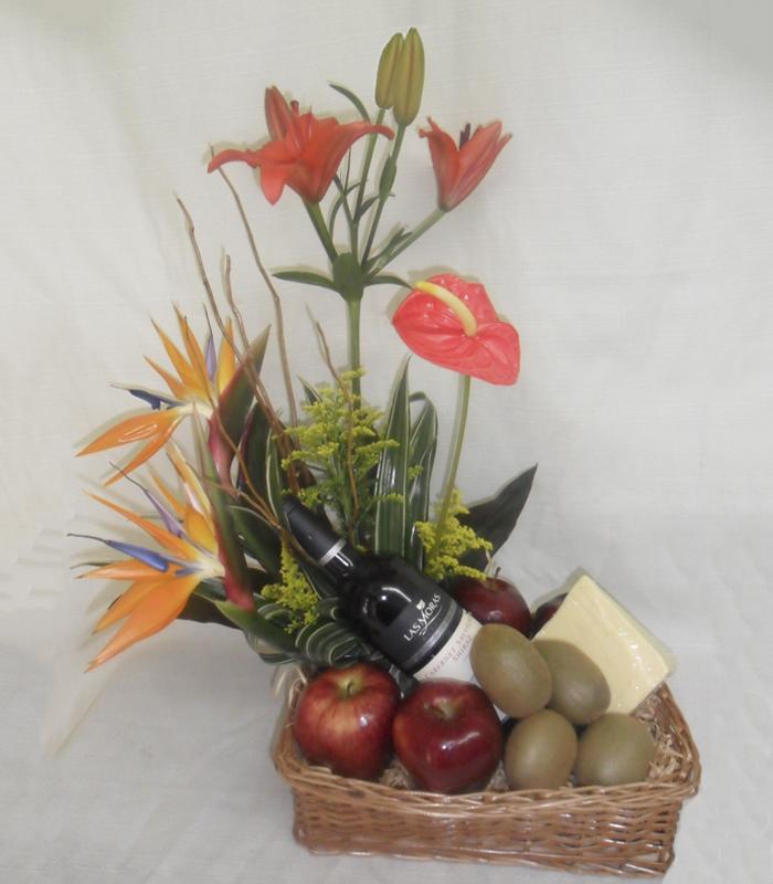 Arreglo Frutal Con Aves De Paraíso Y Botella De Vino