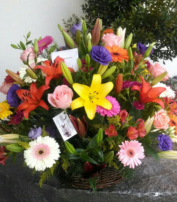 Arreglo De Flores En Cesto Con Gerberas Lilies Rosas Lisianthus Y Astrolelias