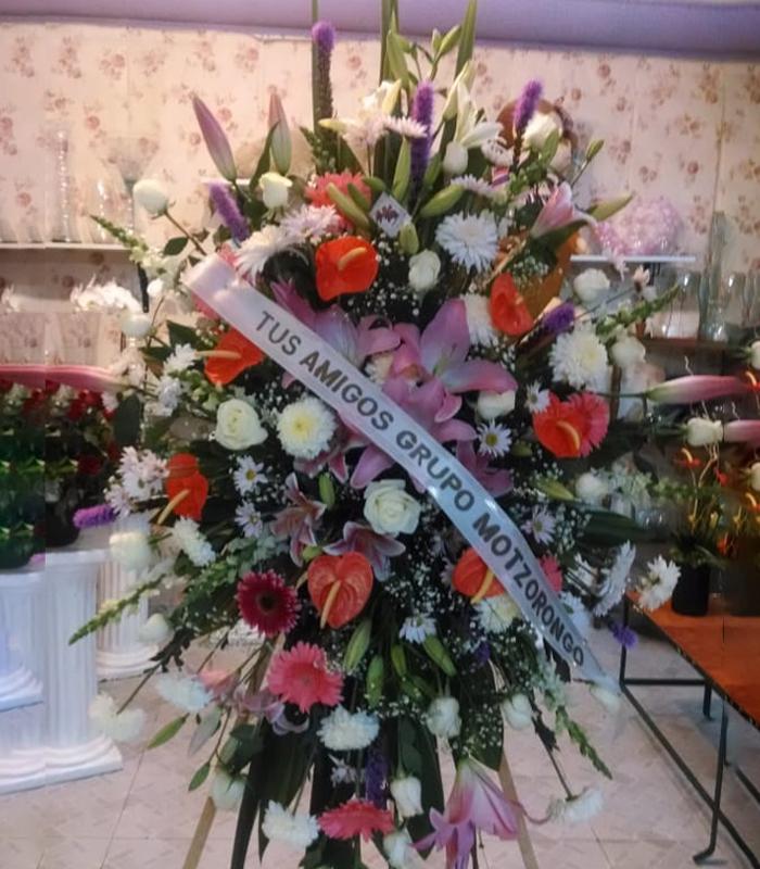Arreglo Floral Tripie Con Anthurium Rominas Rosas Margaritas