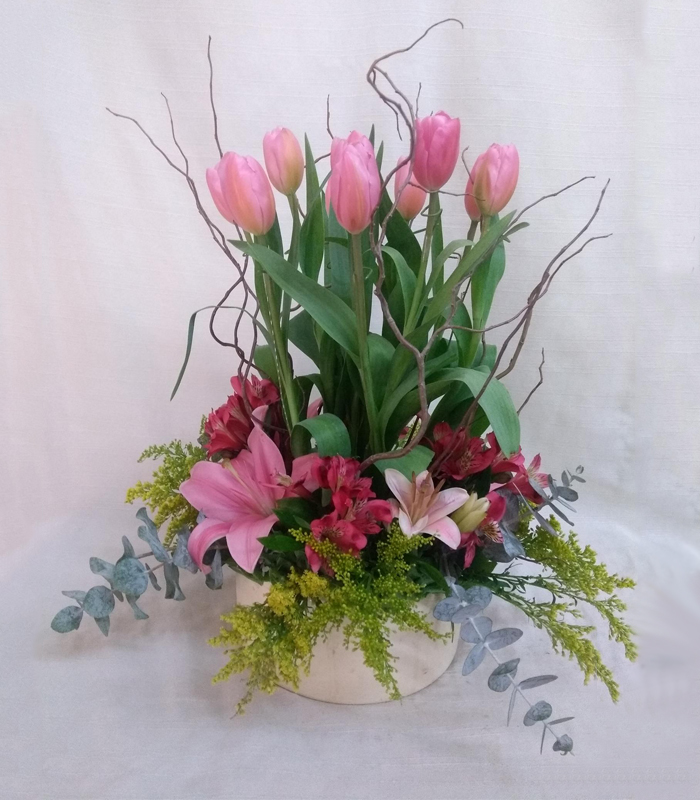 Arreglo Florar De Tulipanes Rosas Con Jardín